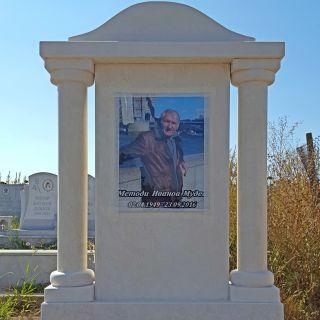 Надгробен паметник от варовик с триплекс МОДЕЛ 4